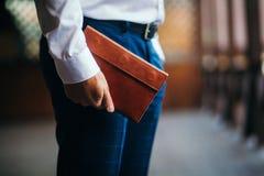 Der Geschäftsmann mit einem Geldbeutel in den Händen Abschluss oben lizenzfreie stockfotografie
