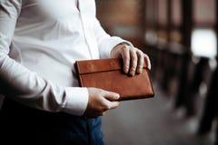 Der Geschäftsmann mit einem Geldbeutel in den Händen Abschluss oben stockbild