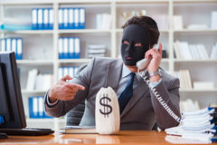 Der Geschäftsmann mit Maske im Bürohypokrisiekonzept lizenzfreies stockbild