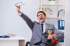 Der Geschäftsmann mit prize Schale für Leistungen im Büro Lizenzfreie Stockbilder