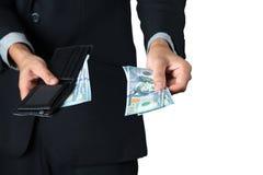 Der Geschäftsmann nahm Dollar aus seiner Geldbörse für Lohn heraus stockbilder