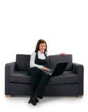 Der Geschäftsmann niedergelassen auf einem Sofa ssen stockfoto
