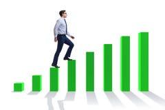Der Geschäftsmann, der oben das Balkendiagramm im Wachstumskonzept geht Stockfotografie