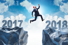 Der Geschäftsmann in Sankt-Hut, der von 2017 bis 2018 springt Stockbild
