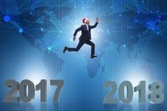 Der Geschäftsmann in Sankt-Hut, der von 2017 bis 2018 springt Lizenzfreie Stockbilder