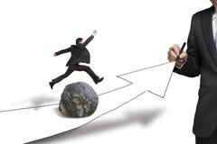 Der Geschäftsmann springend über Felsen in der Zeichnungsstraße mit wachsendem Pfeil Lizenzfreies Stockfoto