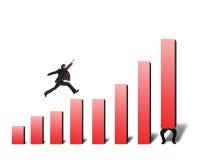 Der Geschäftsmann springend auf rotes Balkendiagramm mit einem anderen Aufzug einer Stockbild