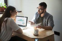 Der Geschäftsmann und Geschäftsfrau, die Argument und Arbeit haben, diskutieren i lizenzfreie stockbilder