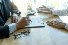 Der Geschäftsmann und Rechtsanwalt, die zum Geschäft schauen, schließen Vertrag ab lizenzfreie stockbilder