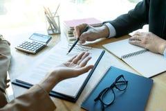 Der Geschäftsmann und Rechtsanwalt, die zum Geschäft schauen, schließen Vertrag ab lizenzfreies stockfoto