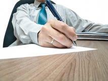 Der Geschäftsmann unterzeichnet den Vertrag Lizenzfreies Stockbild