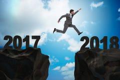 Der Geschäftsmann, der vorwärts ab 2017 bis 2018 schaut Stockfotografie