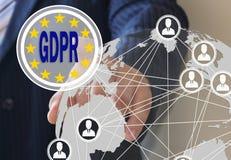 Der Geschäftsmann wählt das GDPR auf dem Touch Screen Allgemeine Daten-Schutz-Regelung Das Konzept der Bestimmung der Leute Stockfotografie