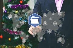 Der Geschäftsmann wählt Dateiordner auf dem Touch Screen, das BAC Stockfoto
