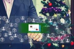 Der Geschäftsmann wählt die Kreditkarte auf dem Touch Screen Stockfotografie