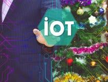 Der Geschäftsmann wählt IOT auf dem Touch Screen Lizenzfreie Stockfotos