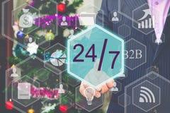 Der Geschäftsmann wählt 24 Stunden ein 7 Tageswebservice auf der Note Lizenzfreie Stockfotografie