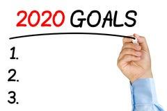 Der Geschäftsmann, der 2020 Ziele unterstreicht, simsen mit schwarzem Filzstift Lizenzfreies Stockbild
