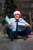 Der Geschäftsmann, der zu Hause Weihnachten allein feiert Lizenzfreie Stockbilder