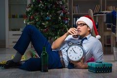 Der Geschäftsmann, der zu Hause Weihnachten allein feiert Lizenzfreies Stockfoto