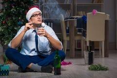 Der Geschäftsmann, der zu Hause Weihnachten allein feiert Lizenzfreie Stockfotos