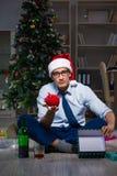 Der Geschäftsmann, der zu Hause Weihnachten allein feiert Stockfotos