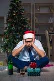 Der Geschäftsmann, der zu Hause Weihnachten allein feiert Lizenzfreie Stockfotografie