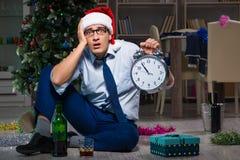 Der Geschäftsmann, der zu Hause Weihnachten allein feiert Stockfotografie