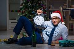 Der Geschäftsmann, der zu Hause Weihnachten allein feiert Stockbild