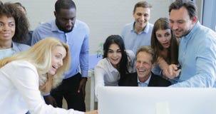 Der Geschäftsmannchef, der auf Computerschaugeschäftsleuten sitzt, team neue erfolgreiche Strategie, nette Wirtschaftlergruppe stock video