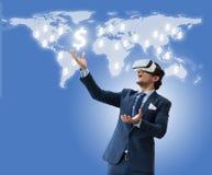 Der Geschäftsmanngebrauch VR, der für zukünftiges Geschäft virsual ist und erwirbt Geld f Stockfoto