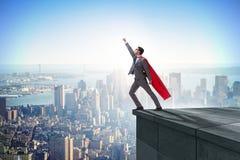 Der Geschäftsmannsuperheld erfolgreich im Karriereleiterkonzept lizenzfreies stockbild