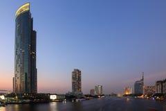 Der Geschäftswolkenkratzer auf Satorn-Straße in der Stadt im Stadtzentrum gelegen zur Sonnenuntergangzeit Lizenzfreie Stockbilder