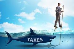 Der Gesch?ftsmann, der hohe Steuern zahlend vermeidet lizenzfreies stockbild