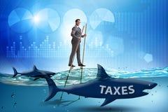 Der Gesch?ftsmann, der hohe Steuern zahlend vermeidet lizenzfreie stockfotos