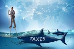 Der Gesch?ftsmann, der hohe Steuern zahlend vermeidet stockfoto