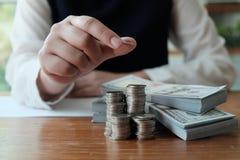 Der Gesch?ftsmann, der Investitionsdiagramme analysiert und Taschenrechner bedr?ngt, kn?pft ?ber Dokumenten Bilanzauffassungs-Ret stockfoto