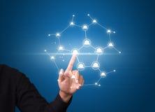 Der Geschäftsmann, der modernes Soziales Netz bedrängt, knöpft auf virtuellem Schirm Lizenzfreie Stockfotos