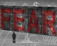 Der Geschäftsmann, der rotes Furchtwort auf enormem Beton gegenüberstellt, verwirrt connec Lizenzfreie Stockbilder