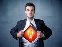 Der Geschäftsmann, der weg vom Hemd und von der Glühlampe der Idee zerreißt, erscheint Lizenzfreies Stockfoto
