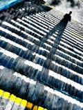 Der gespenstische Schatten auf den Schritten lizenzfreies stockfoto