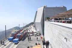 Der Gestellzug, der den Gipfel des Bergs Generoso erreicht Lizenzfreies Stockfoto