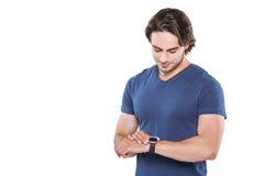 Der gesunden intelligente Uhr Lebensstileignung des jungen Mannes Lizenzfreies Stockfoto