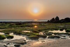 Der Gezeiten Sonnenuntergang unten Seeim Tana-Lostempel Bali, Indonesien Lizenzfreie Stockfotos