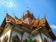 Der Giebel über der Kirchentür Der Tempel in Chiang Mai, Thailand stockfotografie