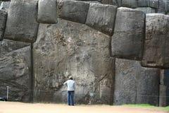 Der gigantische Flussstein von Sacsayhuaman-Show die Skala von ihr mit Menschen Es passte tadellos zusammen mit anderen Steinen D stockfotos