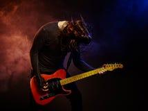 Der Gitarrist spielt Solo Stockfoto