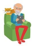 Der glückliche ältere Mann, der auf dem Sofa sitzt, las Zeitung und Rest mit Katze stock abbildung
