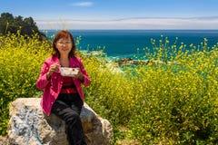 Der glückliche asiatische Senior im Urlaub, der Mahlzeit mit schönem genießt, scen Stockfotografie