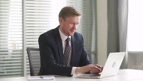 Der glückliche Geschäftsmann, der Laptop betrachtet, fühlen sich überglücklich, gute Nachrichten lesend stock video footage
